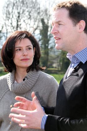 Miriam González Durántez en una imagen reciente junto a su marido, Nick Clegg. AP