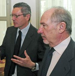 El alcalde de Madrid, Alberto Ruiz-Gallardón , acompañado del presidente de Caja Madrid, Rodrigo Rato