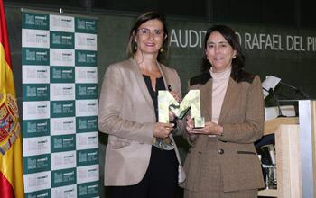 Mónica de Oriol y María del Pino tras la entrega del galardón a la primera.