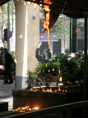 Los manifestantes queman un establecimiento próximo al Parlamento griego. Foto: J.M.L.