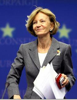 La vicepresidenta segunda del Gobierno español y ministra de Economía y Hacienda, Elena Salgado, el domingo 9, durante una rueda de prensa sobre la reunión extraordinaria de los titulares del Ecofin.