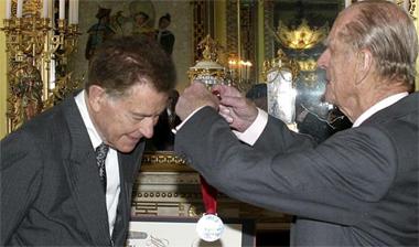 El Duque de Edimburgo impuso la medalla del Premio Templeton a Francisco Ayala la semana pasada