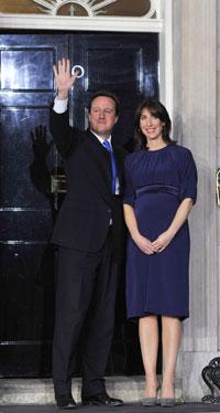 El líder del Partido Conservador británico, David Cameron, y su mujer Samantha, en los escalones del número 10 de la calle Downing