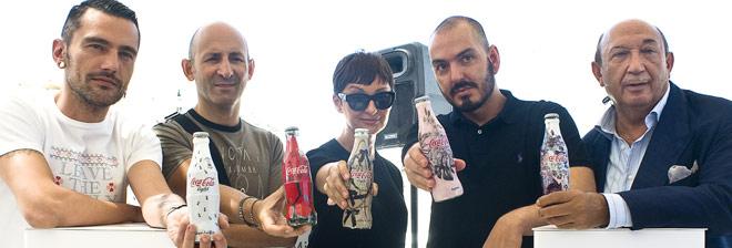 Los diseñadores Delfín, Lomba, Delgado, Duyos y Montesinos posan con sus diseños de los nuevos envases de Coca-Cola Light.