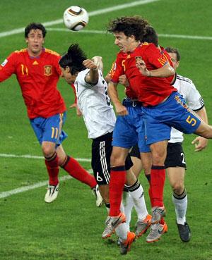 En la imagen, el cabezazo de Puyol que dio la victoria al equipo español en la semifinal del Mundial de Sudáfrica frente a Alemania