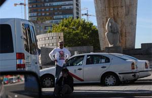 Dos sindicalistas, tras el pinchazo de la rueda de su vehículo, en Plaza de Castilla (Madrid). Foto: L. R. O.