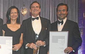 La presidenta de Banesto, Ana Patricia Botín, el vicepresidente tercero de Santander, Matías Rodríguez Inciarte, y el consejero delegado de Abbey, António Horta Osório, con los premios de Euromoney.
