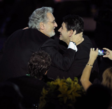 Plácido Domingo abraza a su hijo Plácido antes de recoger su premio
