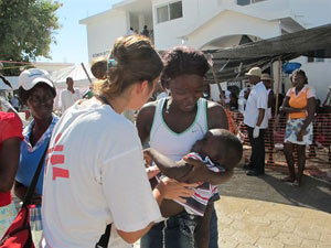 Una voluntaria de MSF atiende a un niño enfermo