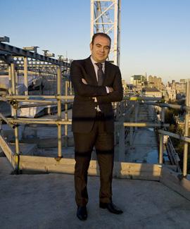Gabriel Escarrer posa en la azotea del nuevo hotel que Sol Meliá construye en Londres.