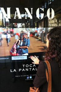 Una cliente potencial interactúa con la pantalla táctil.   Foto: Expansión.com