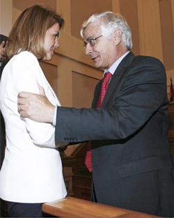 La presidenta de Castilla la Mancha, María Dolores de Cospedal, es felicitada por su antecesor José María Barreda, tras ser investida primera presidenta de la comunidad autónoma, hace un mes.