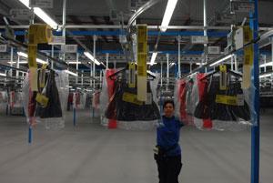 Gracias a su sistema logístico, el grupo gallego puede enviar una prenda (cada año mueve más de 650 millones) a cualquier parte del mundo en 48 horas. El almacén de Meco (Madrid) es el segundo mayor de la compañía. | Foto: J. M. Cadenas