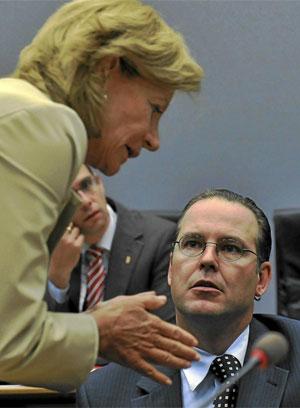 La vicepresidenta económica del Gobierno, Elena Salgado, conversa con el ministro sueco de Finanzas, Anders Borg.