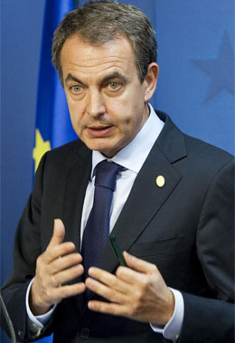 El presidente del Gobierno español en funciones, José Luis Rodríguez Zapatero, durante la rueda de prensa posterior a la cumbre de la UE, el viernes pasado.