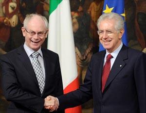 El jefe del Gobierno de Italia, Mario Monti (d), estrecha la mano del presidente del Consejo Europeo, Herman Van Rompuy, durante la reunión que celebraron en el palacio Chigi en Roma (Italia).